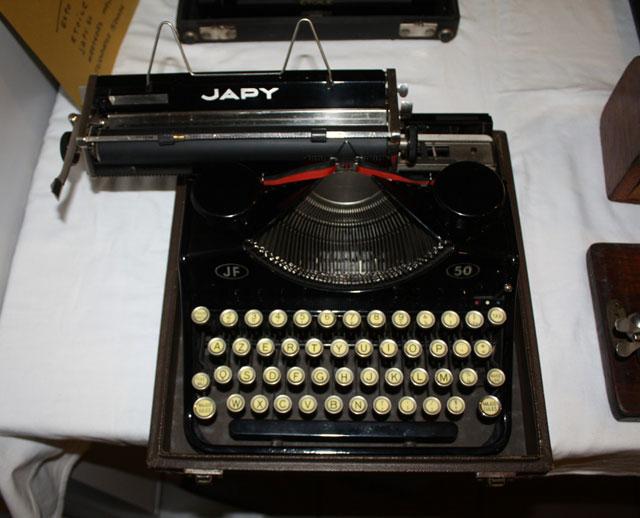 toile portable typewriter. Black Bedroom Furniture Sets. Home Design Ideas